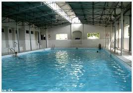 Cách xử lý nước bể bơi có màu trắng sữa